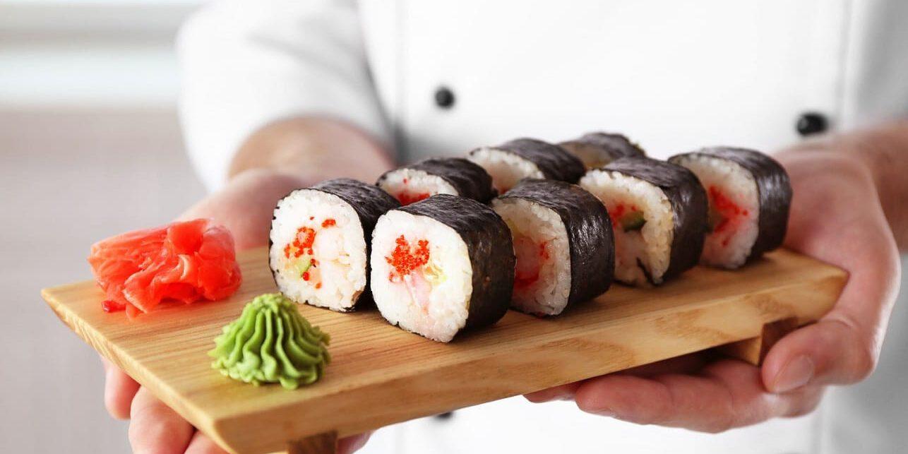 שף עם מגש סושי כשר